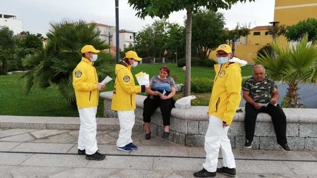 Scientology volunteers distribute COVID-19 prevention booklets in Sardinia